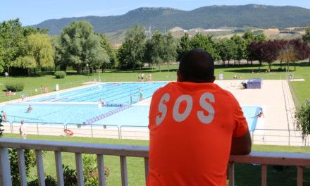 Decenas de personas se encargan de mantener en perfecto estado las piscinas de Arrate